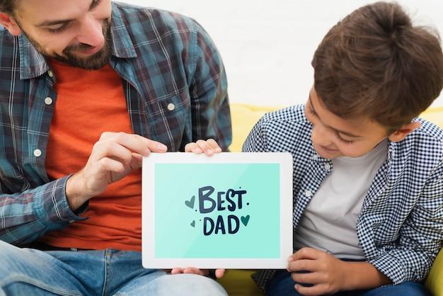 Papa Et Fils Tenant Une Tablette électronique Psd gratuit