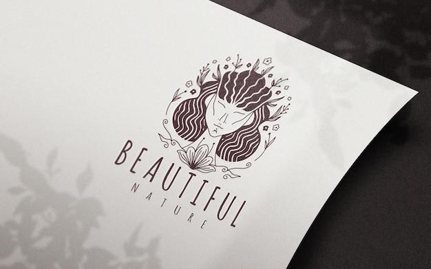 Papier Incurvé De Perspective Avec Maquette De Logo D'ombres De Fleurs PSD Premium
