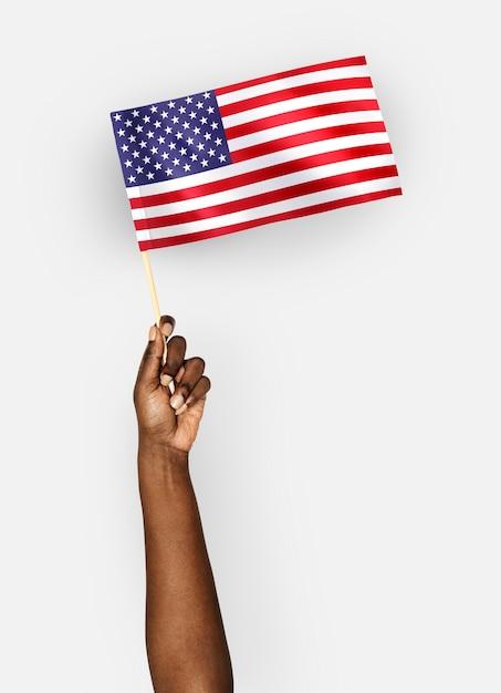 Personne agitant le drapeau des états-unis d'amérique PSD Premium