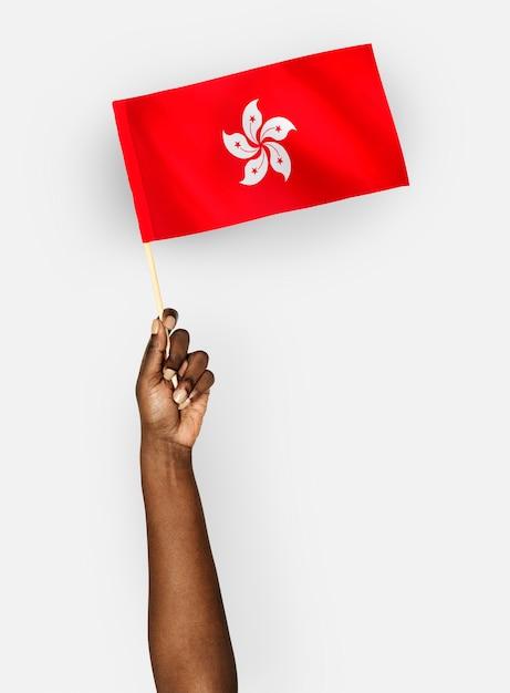 Personne agitant le drapeau de hong kong PSD Premium