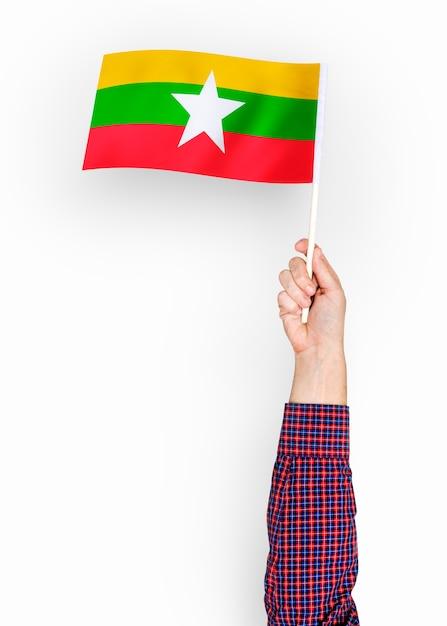 Personne agitant le drapeau de la république de l'union du myanmar PSD Premium