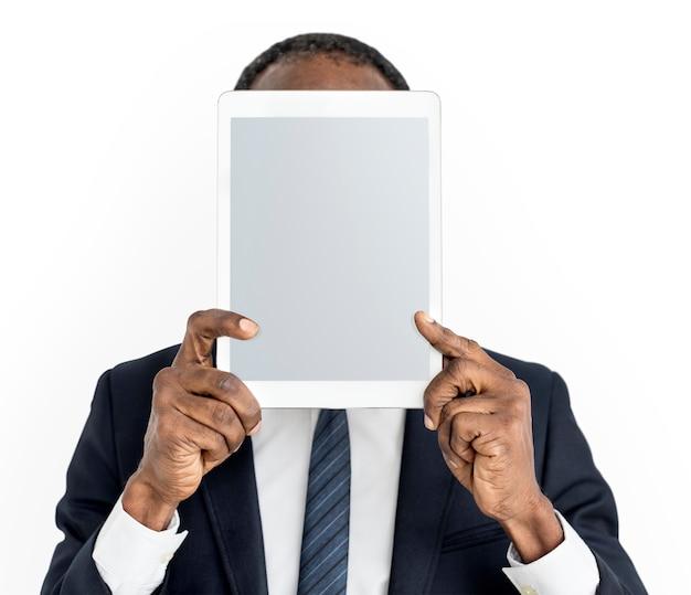 Personne tenant le concept de visage de tablette Psd gratuit