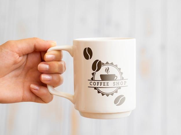 Personne Tenant Une Tasse De Café Psd gratuit