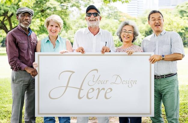 Personnes âgées avec un tableau blanc PSD Premium