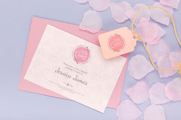 Pétales En Fleurs Et Invitation D'anniversaire De Quinze PSD Premium