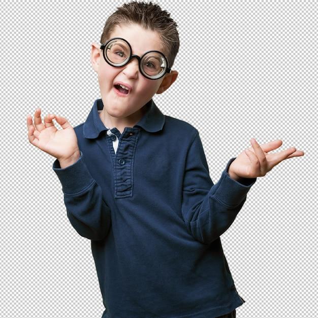 Petit enfant plaisante comme un nerd PSD Premium