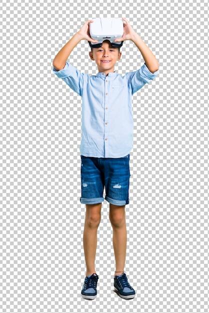 Petit enfant utilisant des lunettes de réalité virtuelle PSD Premium