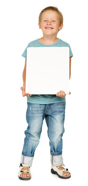Petit garçon tenant un portrait en papier vierge Psd gratuit