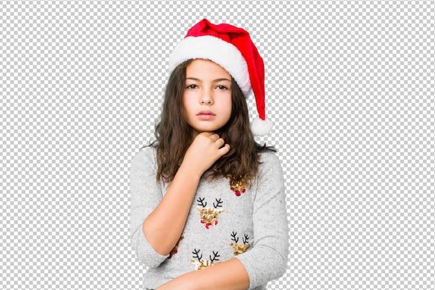 Petite fille célébrant le jour de noël souffre de douleurs à la gorge en raison d'un virus ou d'une infection. PSD Premium