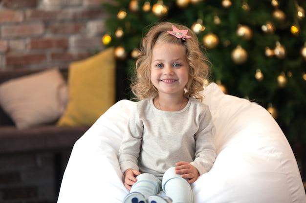 Petite Fille à Côté De L'arbre De Noël, Avec Un Chandail De Maquette Pour Votre Conception PSD Premium
