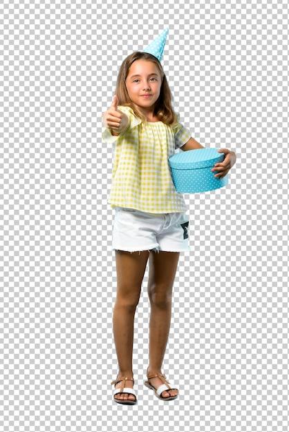 Petite fille, à, une, fête anniversaire, tenue, cadeau, donner, a, pouces haut, geste, et, sourire PSD Premium