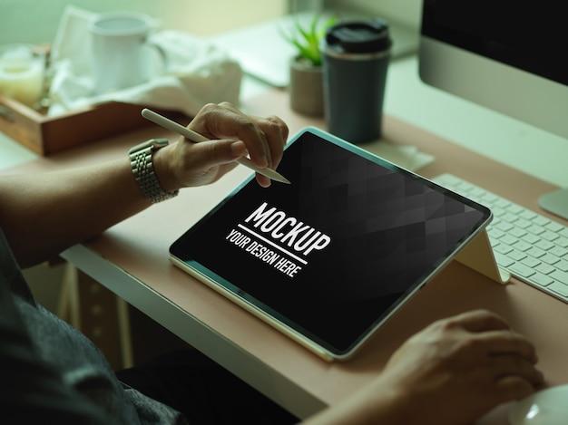 Photo Recadrée De Mains Mâles à L'aide De Maquette De Tablette Numérique Sur Le Bureau De L'ordinateur Dans La Salle De Bureau PSD Premium