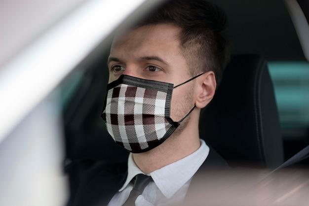 Pilote Avec Masque En Tissu Sur Le Visage Psd gratuit