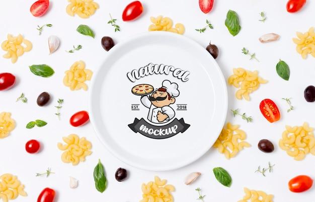 Plaque De Maquette D'aliments Sains Avec Des Pâtes Et Des Tomates Psd gratuit