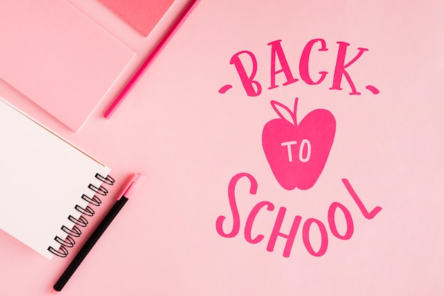 Plat lay retour à l'école avec fond rose Psd gratuit
