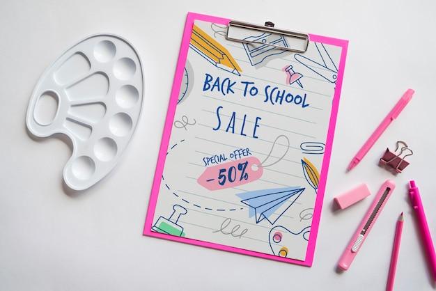Plat lay retour à la vente de l'école avec le presse-papiers et des fournitures Psd gratuit