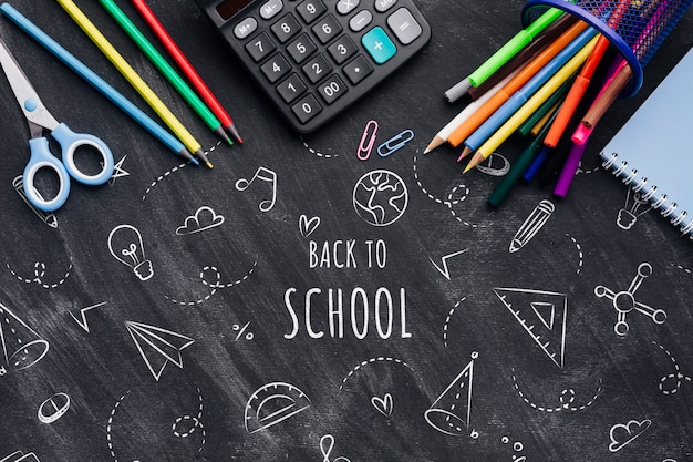Plat de retour à l'école avec des dessins à la craie Psd gratuit