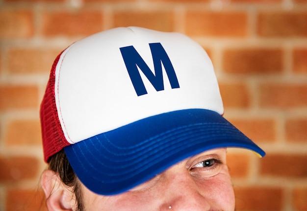Portrait d'homme caucasien coiffé d'une casquette PSD Premium