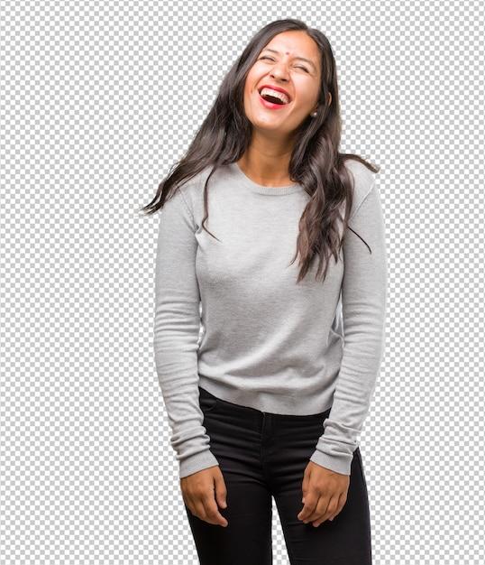 Portrait de jeune femme indienne rire et s'amuser, être détendue et gaie, se sent confiante et réussie PSD Premium