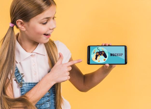 Portrait De Jeune Fille Tenant Un Téléphone Mobile PSD Premium