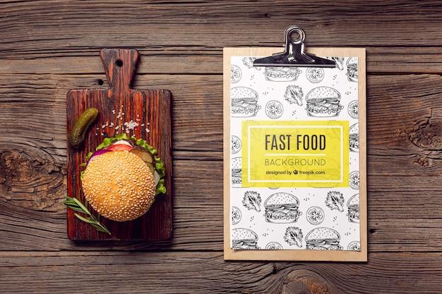 Presse-papiers Et Burger Sur Fond De Bois Psd gratuit