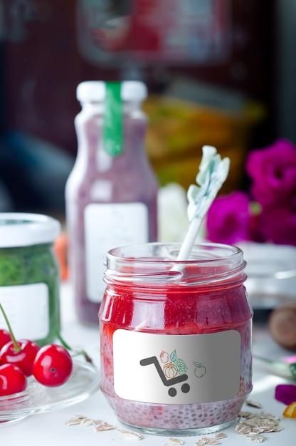 Pudding chia fait maison de dessert vegan sain avec la purée de fraise comme maquette PSD Premium