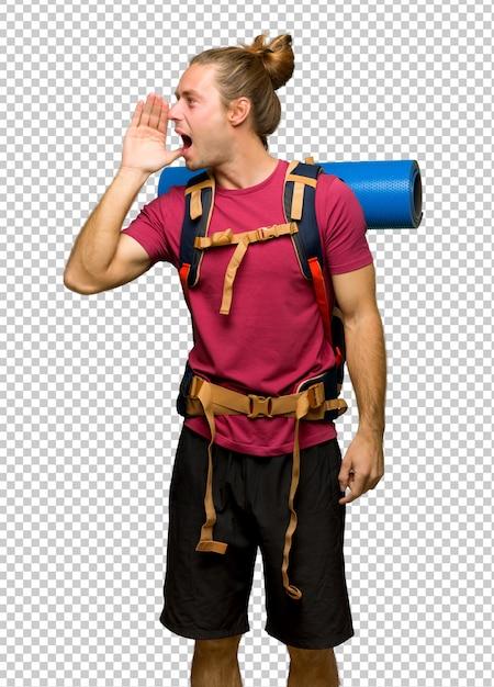 Randonneur homme avec sac à dos montagne criant avec la bouche grande ouverte sur le côté PSD Premium