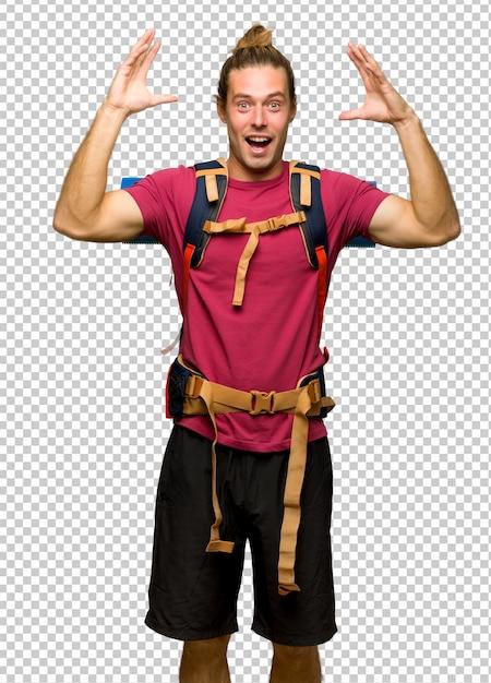 Randonneur homme avec sac à dos montagne avec surprise et expression faciale choquée PSD Premium