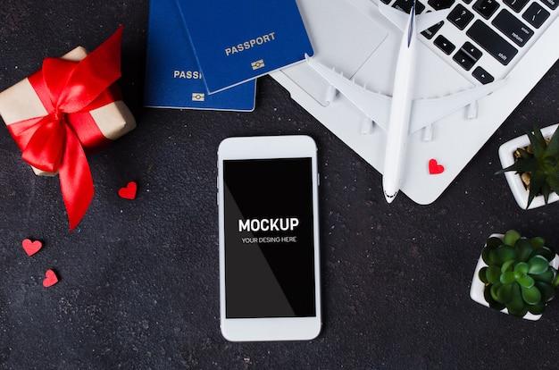 Réservation De Voyage Avec Smartphone, Maquette D'avion, Ordinateur Portable, Passeports Et Coffret Cadeau PSD Premium