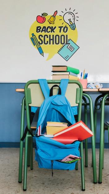 Retour au sac d'école avec fournitures et maquette murale Psd gratuit