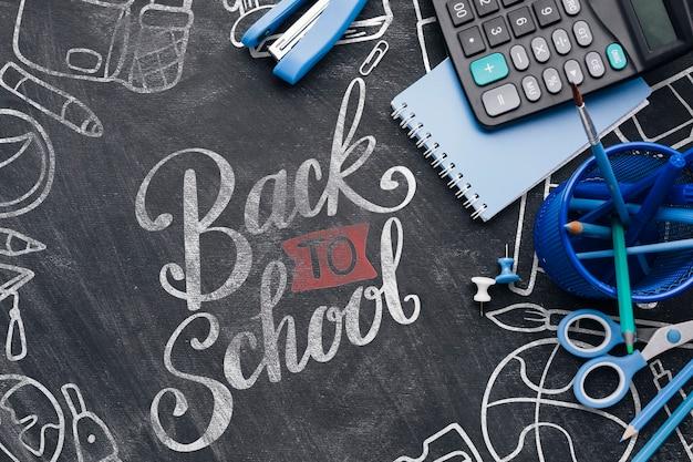 Retour à l'école avec des fournitures de bureau bleues Psd gratuit