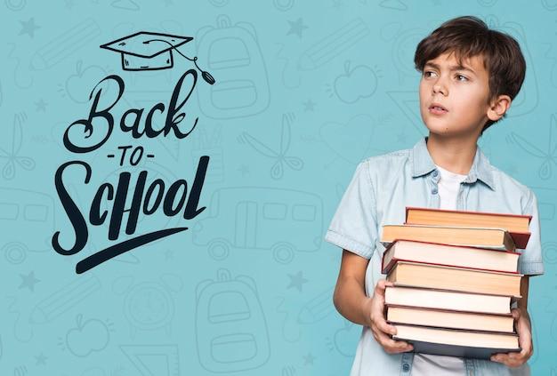 Retour à L'école Jeune Garçon Mignon Maquette Psd gratuit