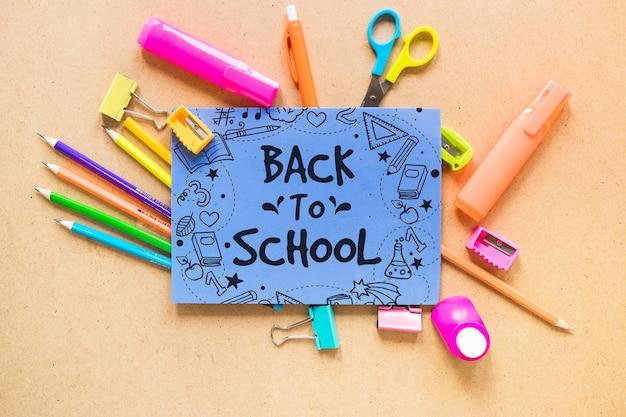 Retour à la maquette de l'école avec du papier Psd gratuit