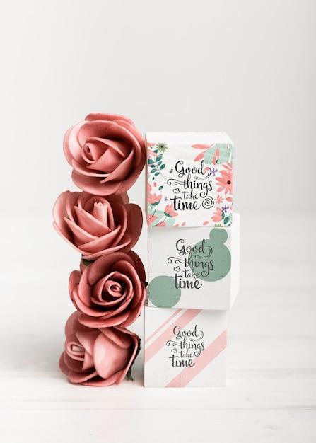 Roses Rouges à Côté De Blocs Colorés Psd gratuit