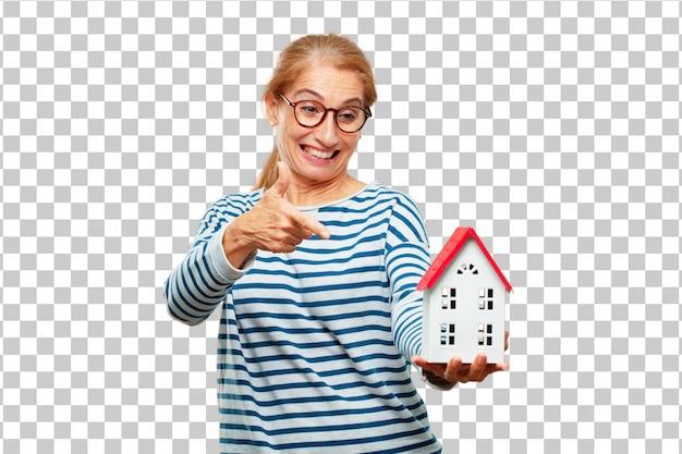 Senior belle femme avec un modèle de maison PSD Premium