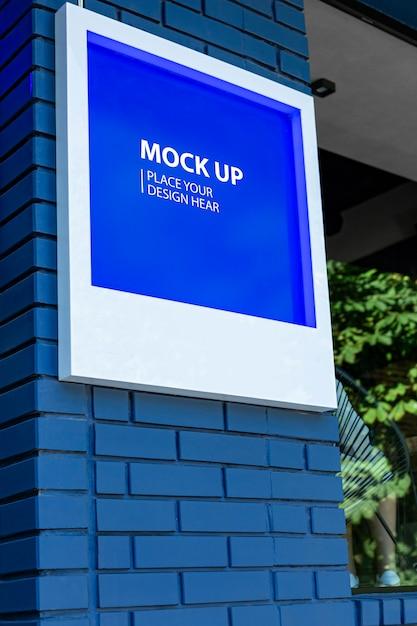 Signe De Maquette Sur Un Mur Bleu PSD Premium