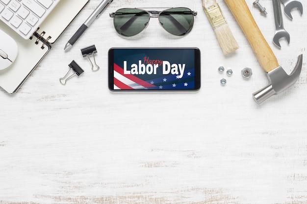 Smartphone Maquette Plat Avec Happy Labor Day Usa Vacances Et Outils De Travail Indispensables PSD Premium