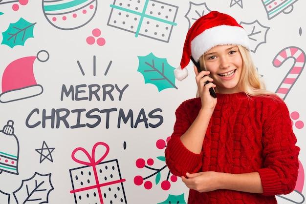 Smiley Jeune Fille Parle Au Téléphone Psd gratuit