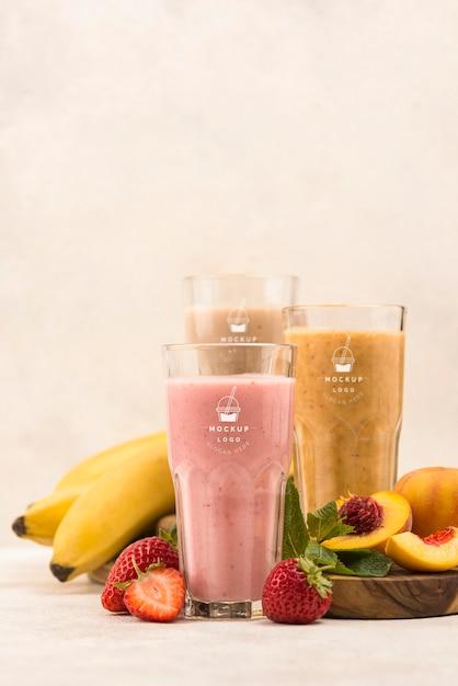 Smoothies D'été Aux Fruits Différents Dans Les Verres Vue De Face Psd gratuit