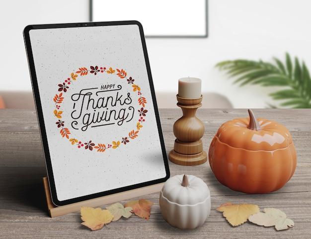 Tablette avec un design élégant pour les arrangements de restaurant pour le jour de thanksgiving Psd gratuit