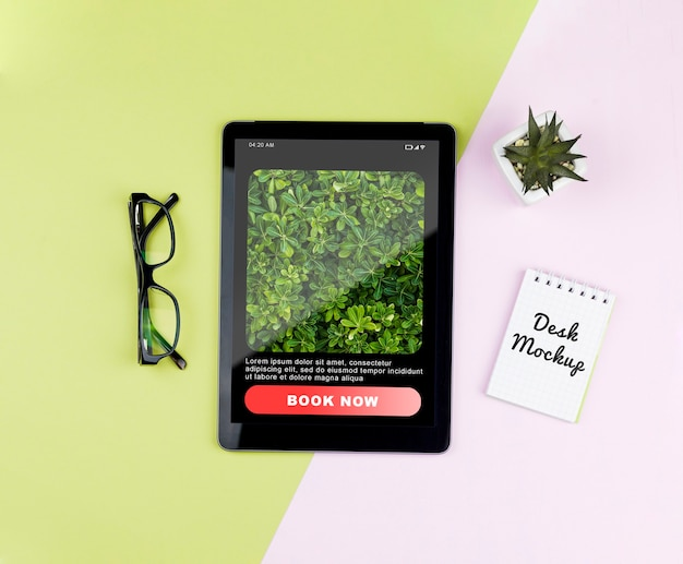 Tablette Avec Plante Et Ordinateur Portable Sur Le Bureau Psd gratuit