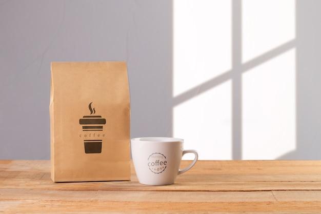 Tasse Avec Sac De Café à Côté Psd gratuit