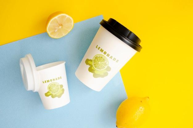Tasses à Café En Papier Maquette Sur Fond Bicolore Psd gratuit