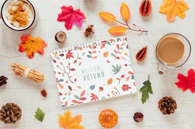 Tasses avec chocolat chaud pour la saison d'automne Psd gratuit