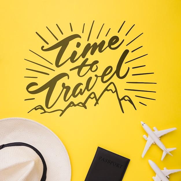 Temps de voyager, inscription avec avion, passeport et chapeau Psd gratuit