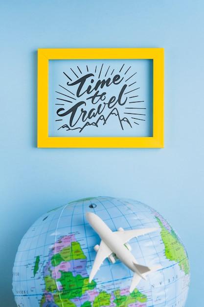 Temps de voyager, lettrage avec globe terrestre et avion Psd gratuit