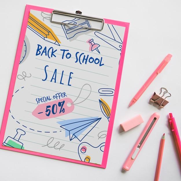 Top view back to school sale avec le presse-papiers et les fournitures Psd gratuit