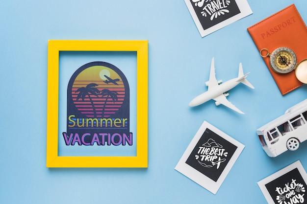 Vacances d'été avec cadre et éléments de voyage Psd gratuit