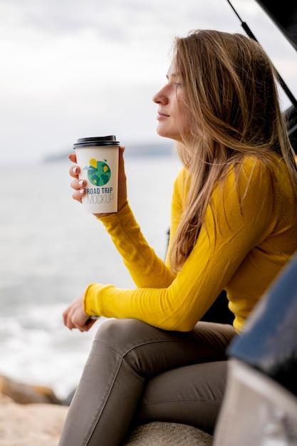 Voyageur Tenant Une Maquette De Tasse De Café PSD Premium