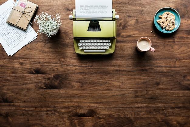 Vue aérienne du concept d'espace de travail rétro machine à écrire et espace copie Psd gratuit